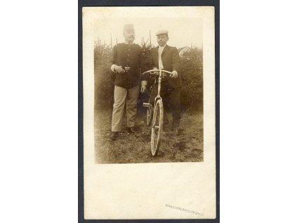 Cyklista se svým  bicyklem, ca 1910