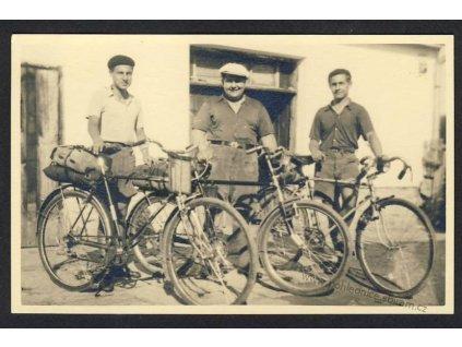 Tři cyklisté se svými koly, ca 1935