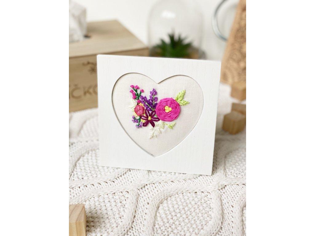 544 rucni vysivka kvetin v srdcovem ramecku