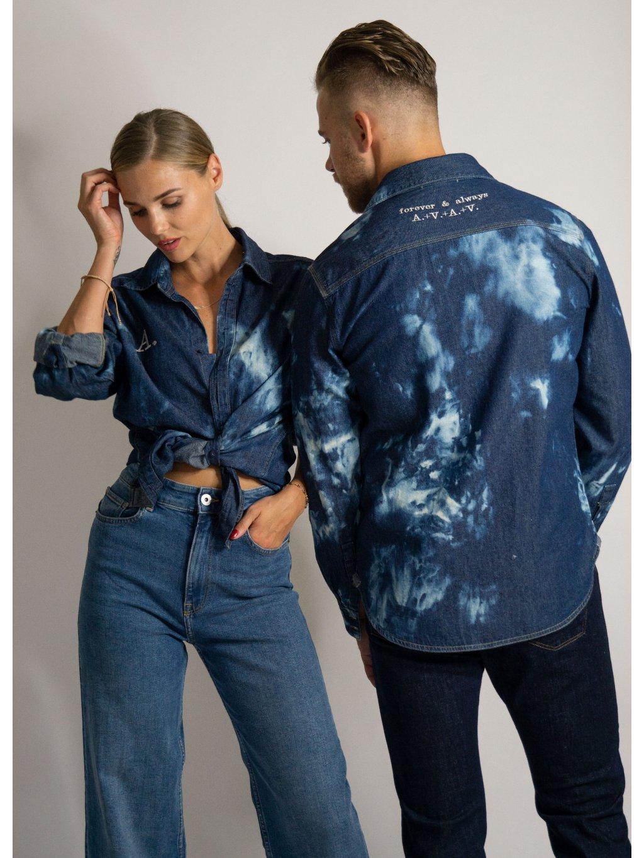 Džínová košile tie - dye s vaším monogramem nebo sloganem.