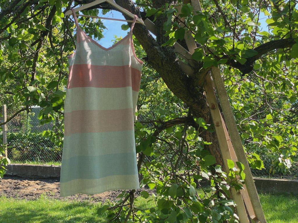 Šaty výstřih V - pruhy - růžové lemování