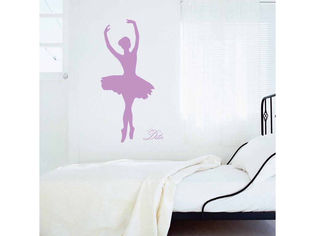 baletka s vlastnim jmenem samolepky nalepena nad posteli na zdi 042