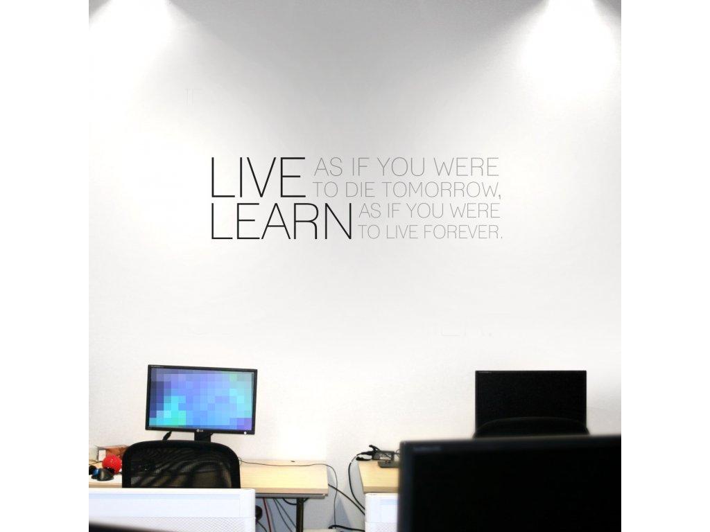 01 samolepici text nalepeny na zdi v kancelari nad monitory