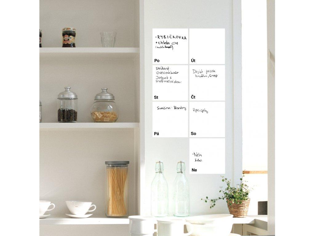 01 samolepici kalendar bily nalepeny v kuchyni na zdi