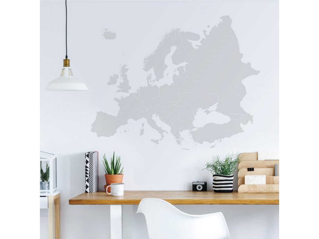 samolepka na zed mapa evropy s hranicemi statu na stene u pracovniho stolu