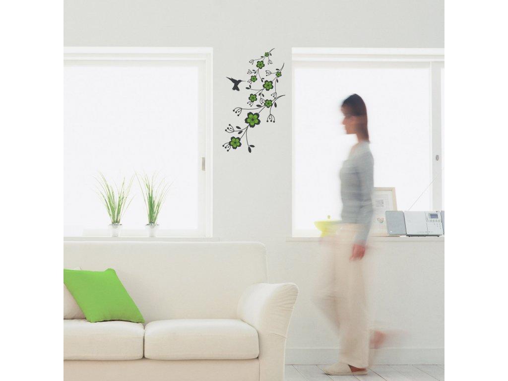 samolepici dekorace kytka a kolibrik nalepena mezi okny