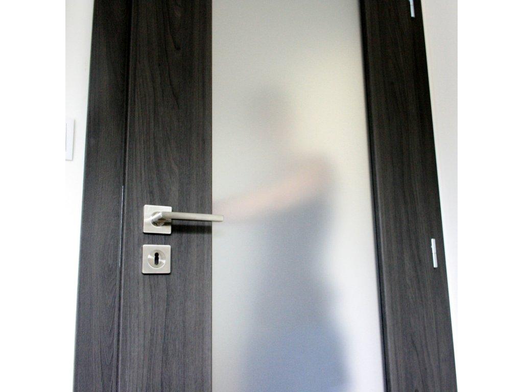 02 samolepici folie efekt piskovane slo nalepene na sklenenych dverich
