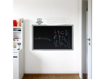 cerna samolepici tabule s rameckem a sovou na zdi v detskem pokoji