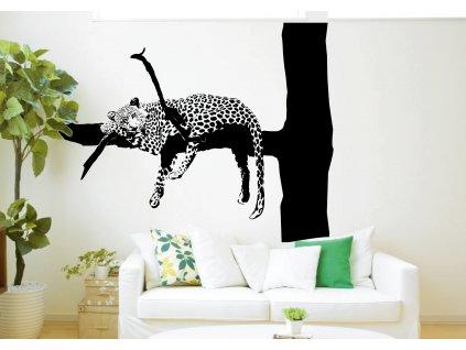 gepard na vetvi nalepeny na zdi nad gaucem v interieru