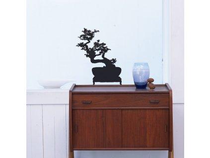 interierova samolepka bonsai nalepena na skle nad skrinkou