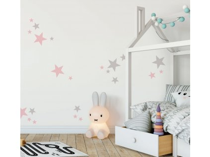 eko samolepky na zed hvezdicky do interieru detskeho pokoje nalepene na stene ruzova od fugu