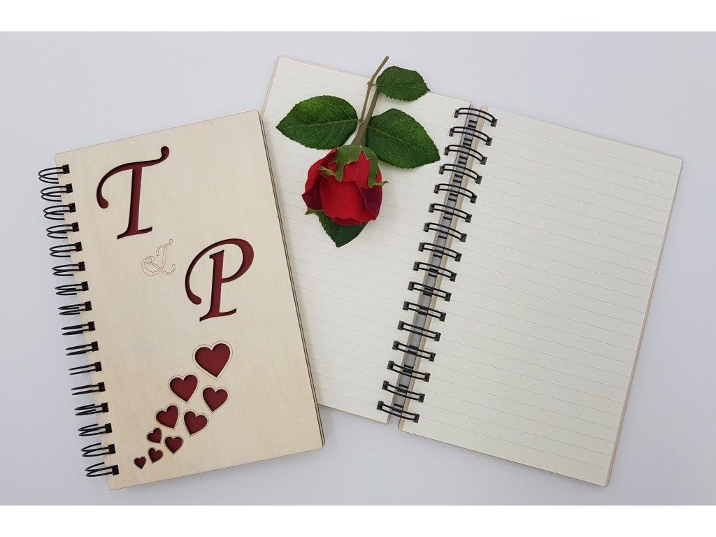 Dřevený svatební zápisník se srdíčkama-červený