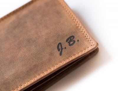 Gravírovaný monogram na peněžence