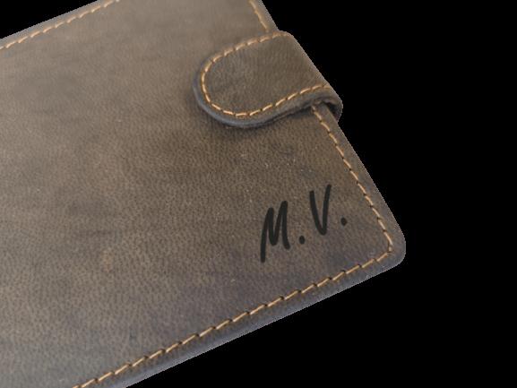 monogram na kožené peněžence