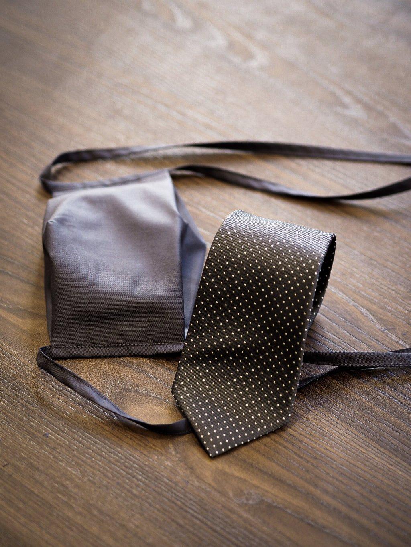 Tmavě šedá kombinace rouška s kravatou