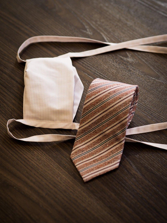 Růžová kombinace dámské roušky s kravatou