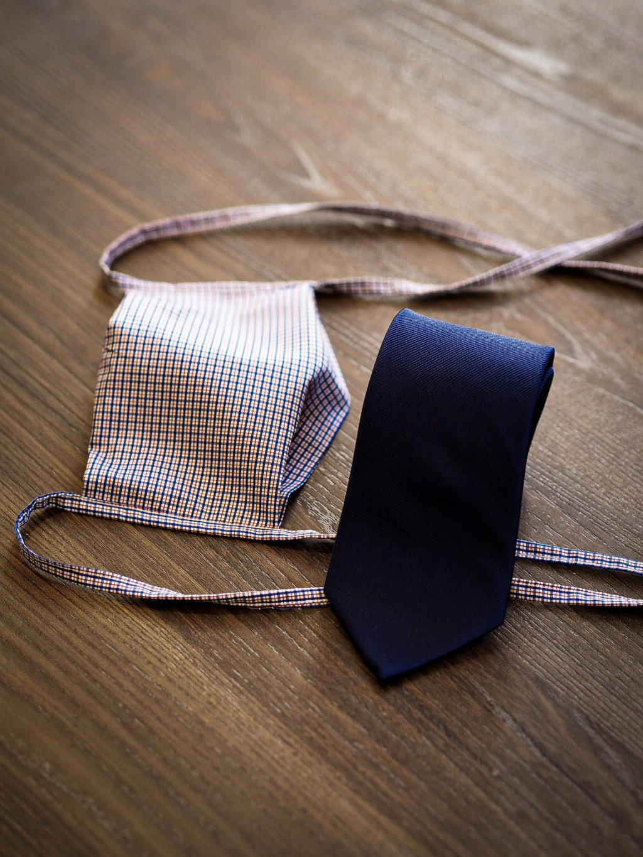 Modro-červená kombinace rouška a kravata