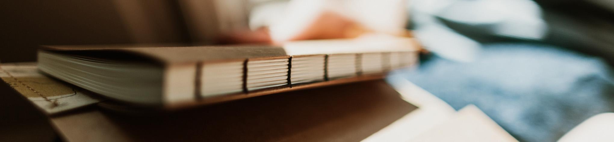 Ručně šitá otevřená knižní vazba