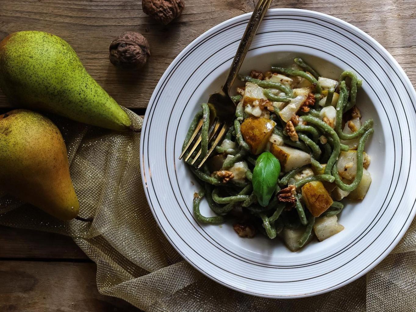 Špenátové těstoviny s hruškou a modrým sýrem podle @mishmushcz