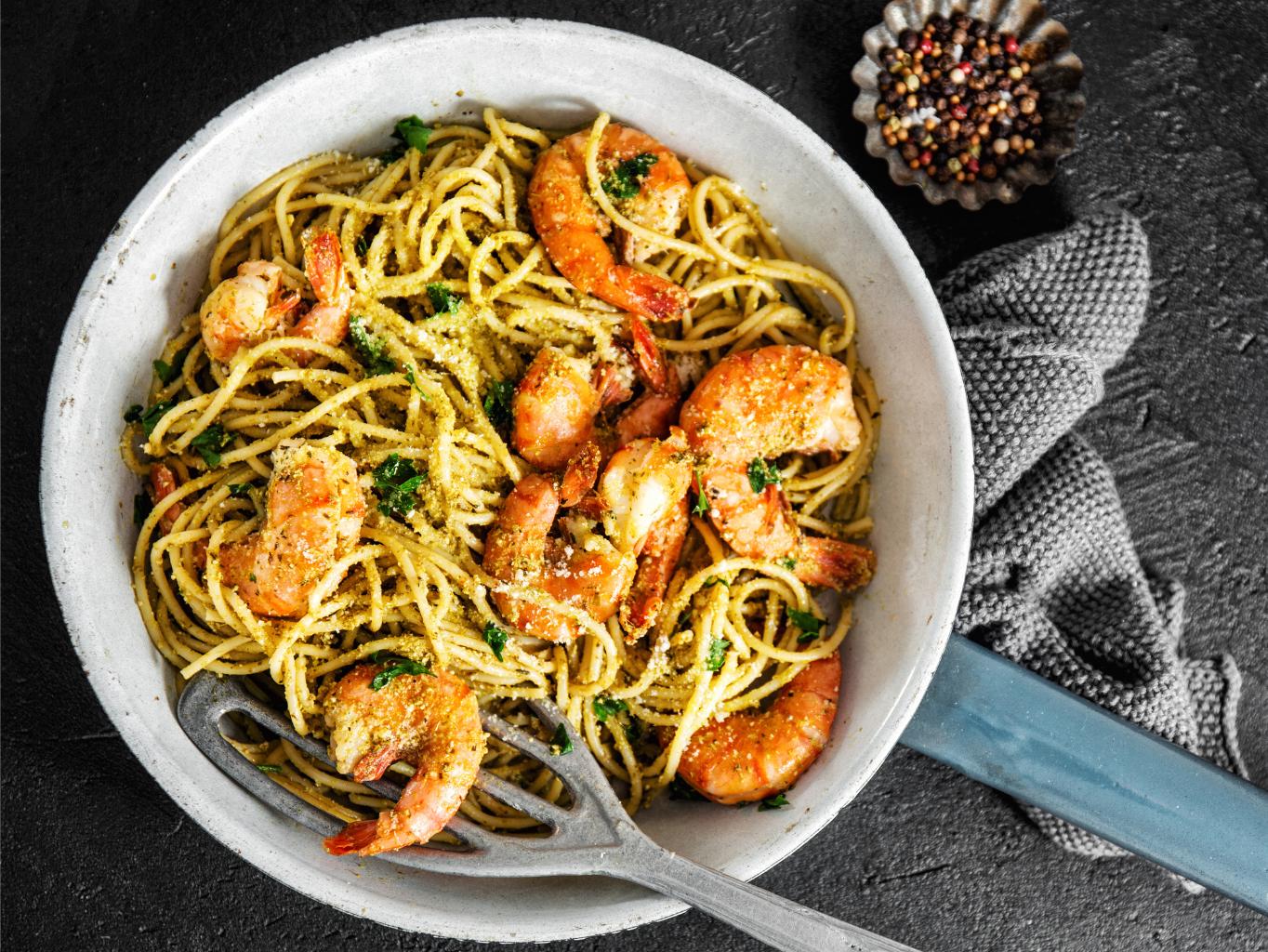 Špagety s krevetami a pestem z vlašských ořechů