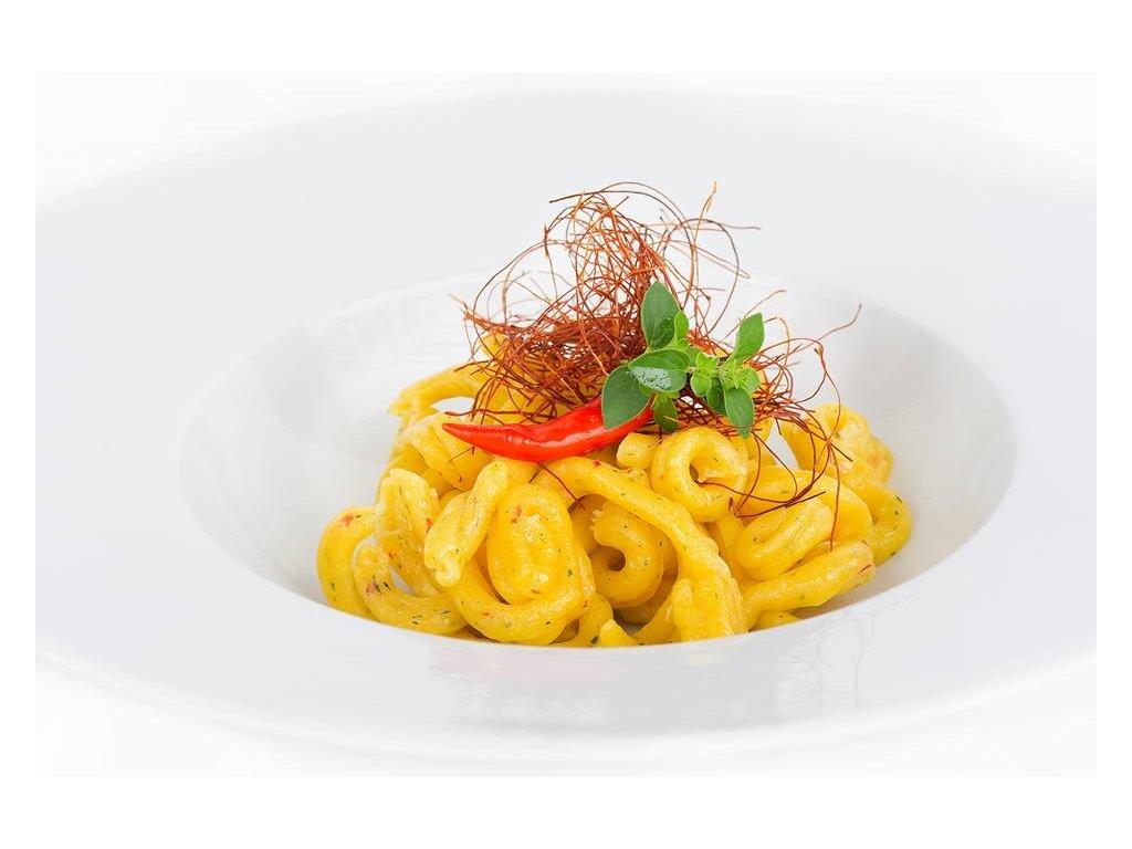 Čerstvé těstoviny ve tvaru casarecce z chilli papriček v kombinaci s petrželkou