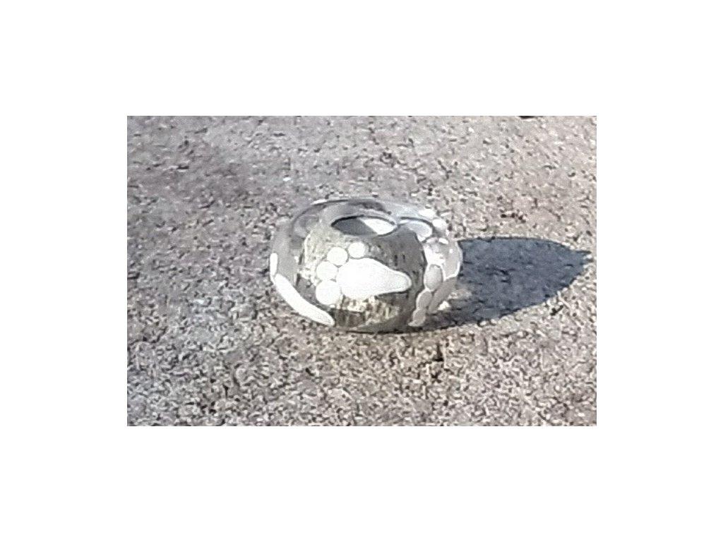 Skleněná perla - stopa na pláži