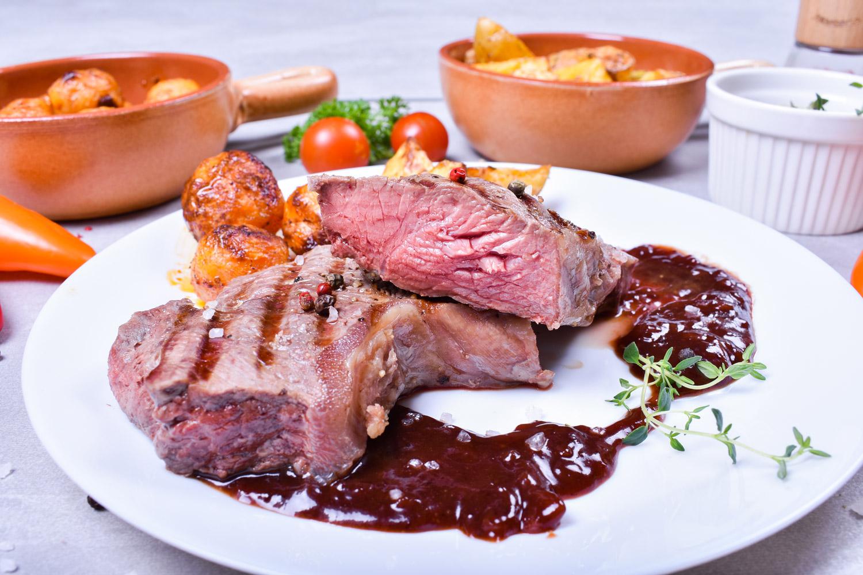 Hovězí steak se švestkovou omáčkou a s americkými bramborami