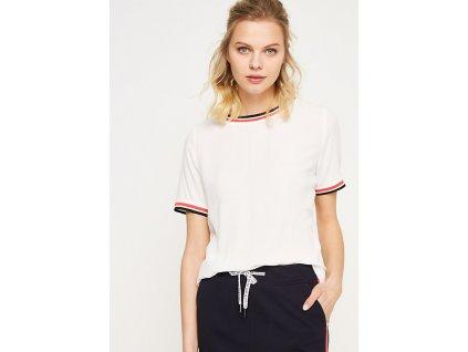 Bílé triko s pruhovaným lemem