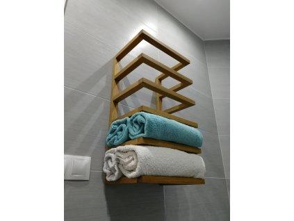 Dřevěný držák na ručníky na stěnu