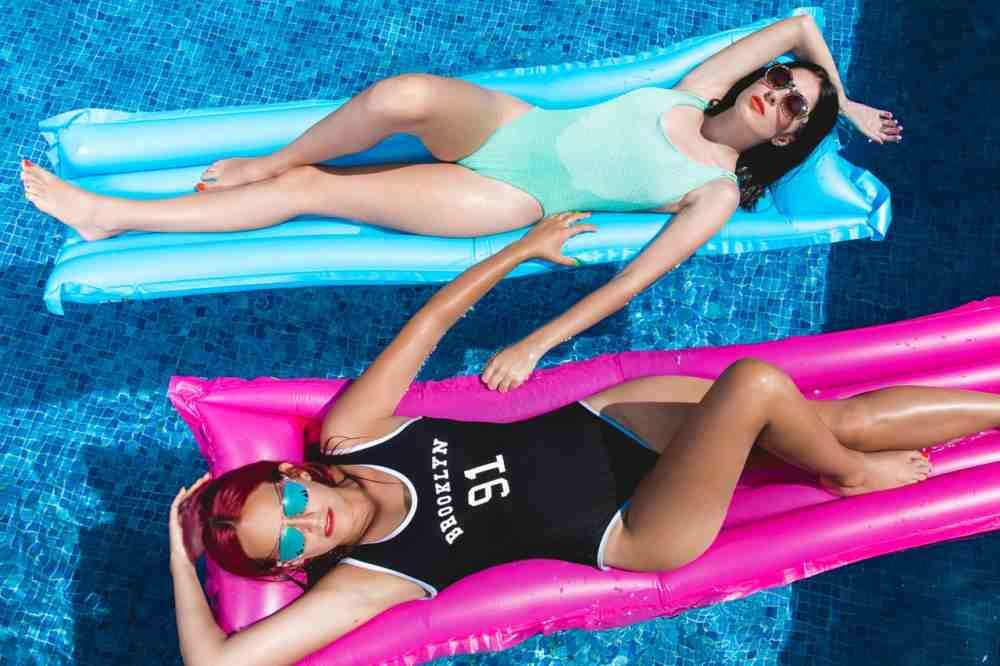 holky-v-bazenu