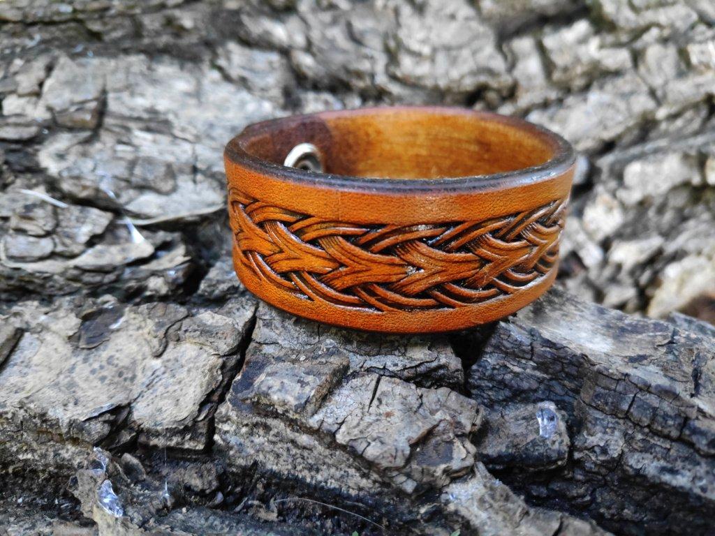 Zdobený kožený náramek