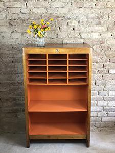 Regál s oranžovým vnitřkem