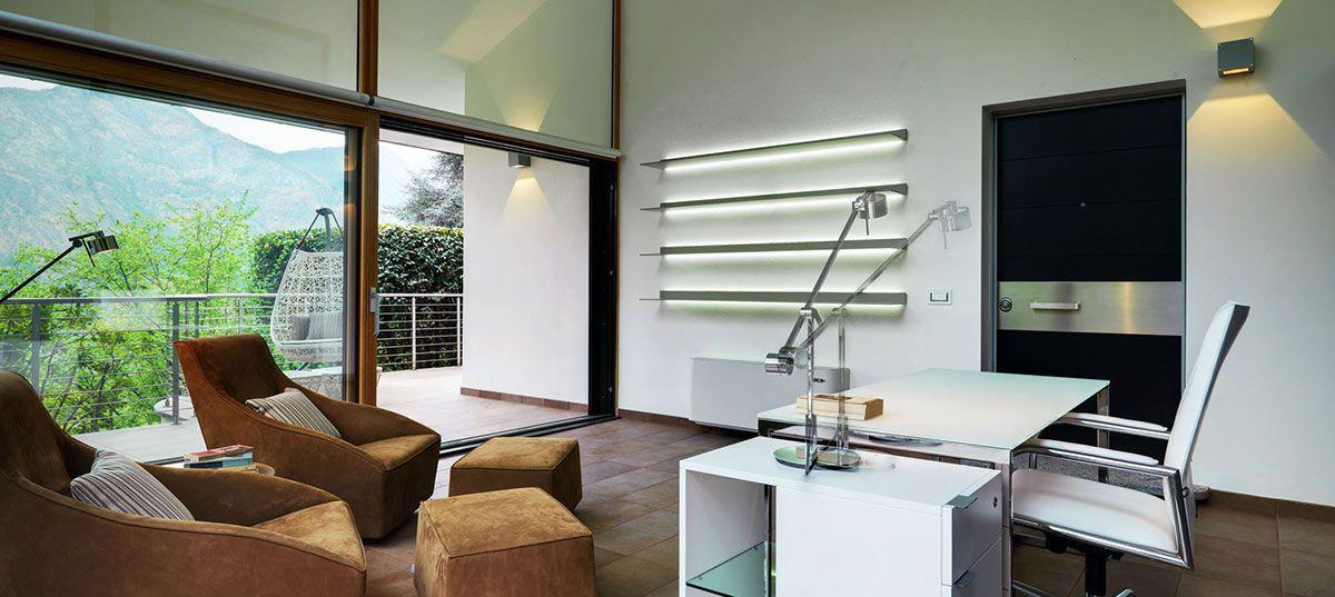 LED lampička na pracovním stole
