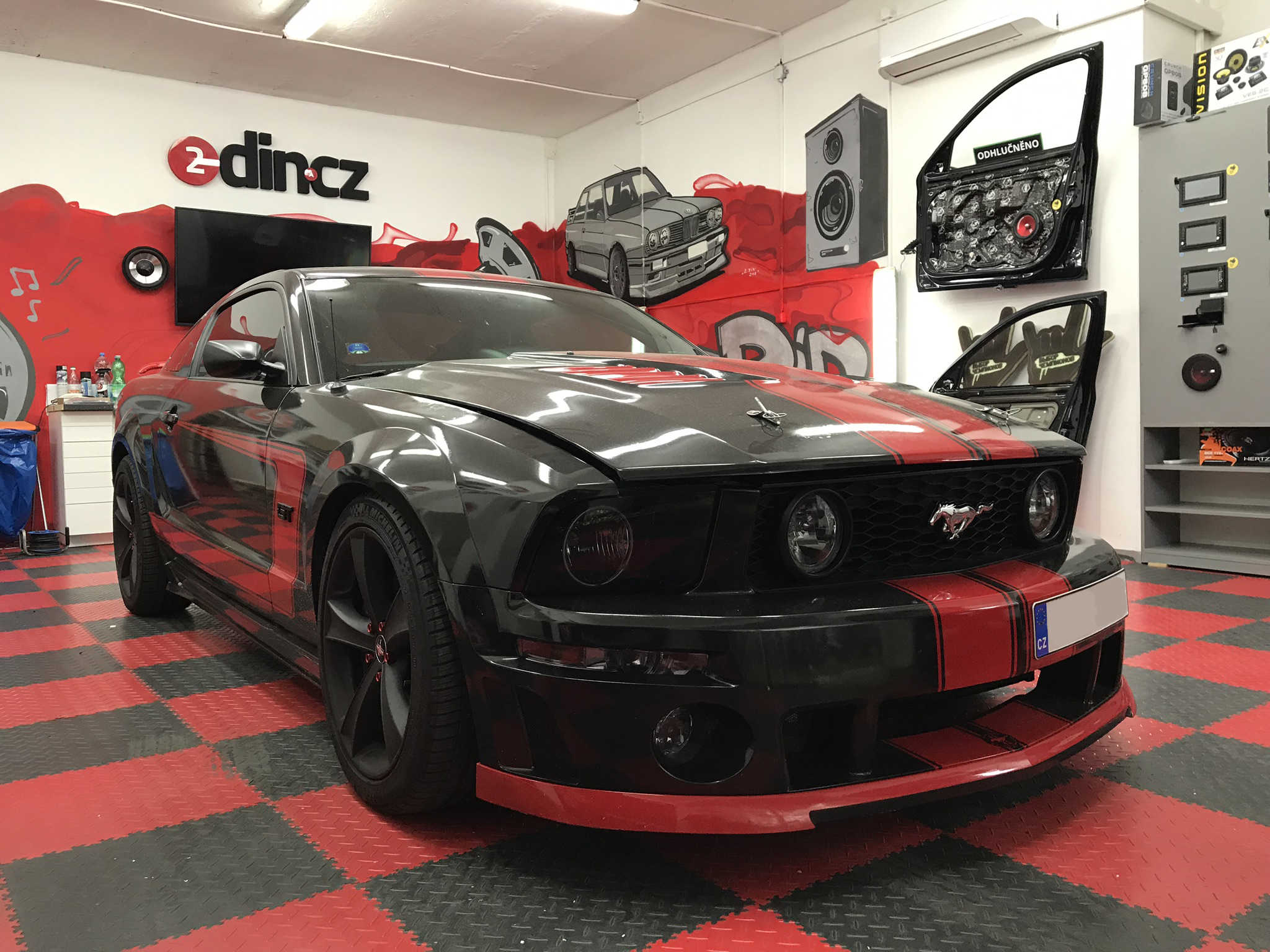 Ford Mustang - kompletní ozvučení vč autorádia a zrcátka