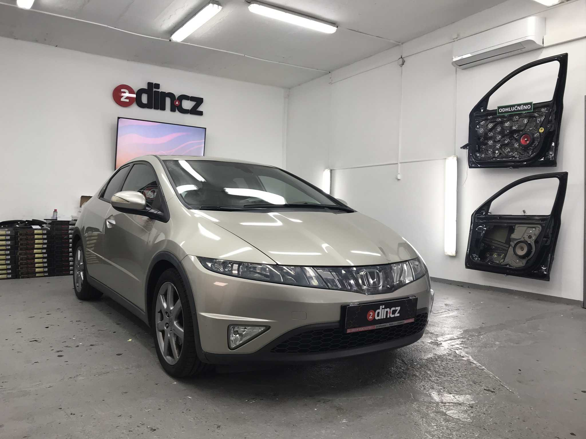 Honda Civic VIII ( 8g ) - Instalace autorádia 2din a couvací kamery