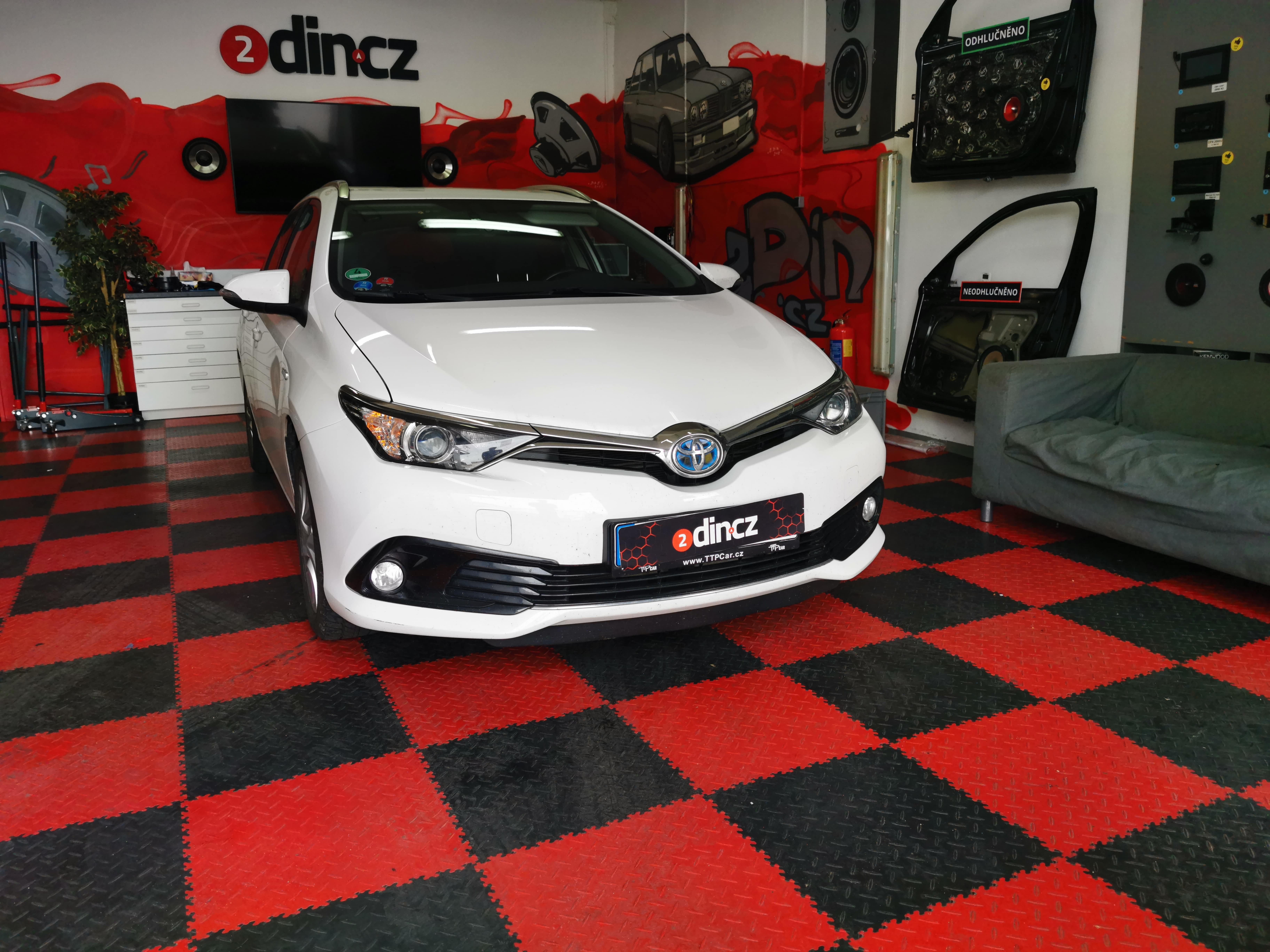 Toyota Auris - Montáž subwooferu a odhlučnění dveří