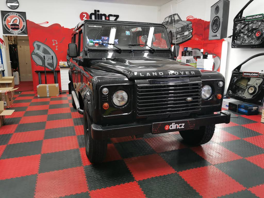 Land Rover Defender - Montáž aktivního subwooferu pod sedačku