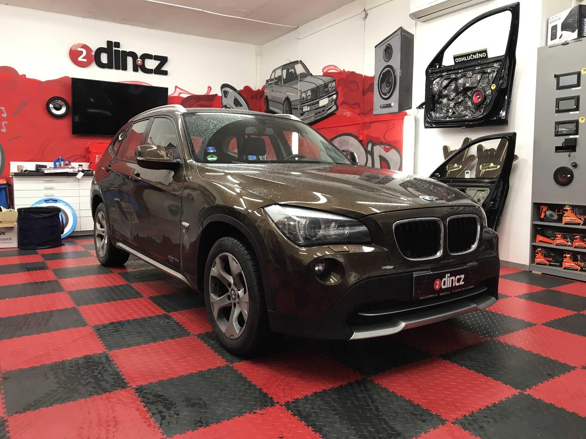 BMW X1 - Montáž zrcátka s monitorem a couvací kamerky