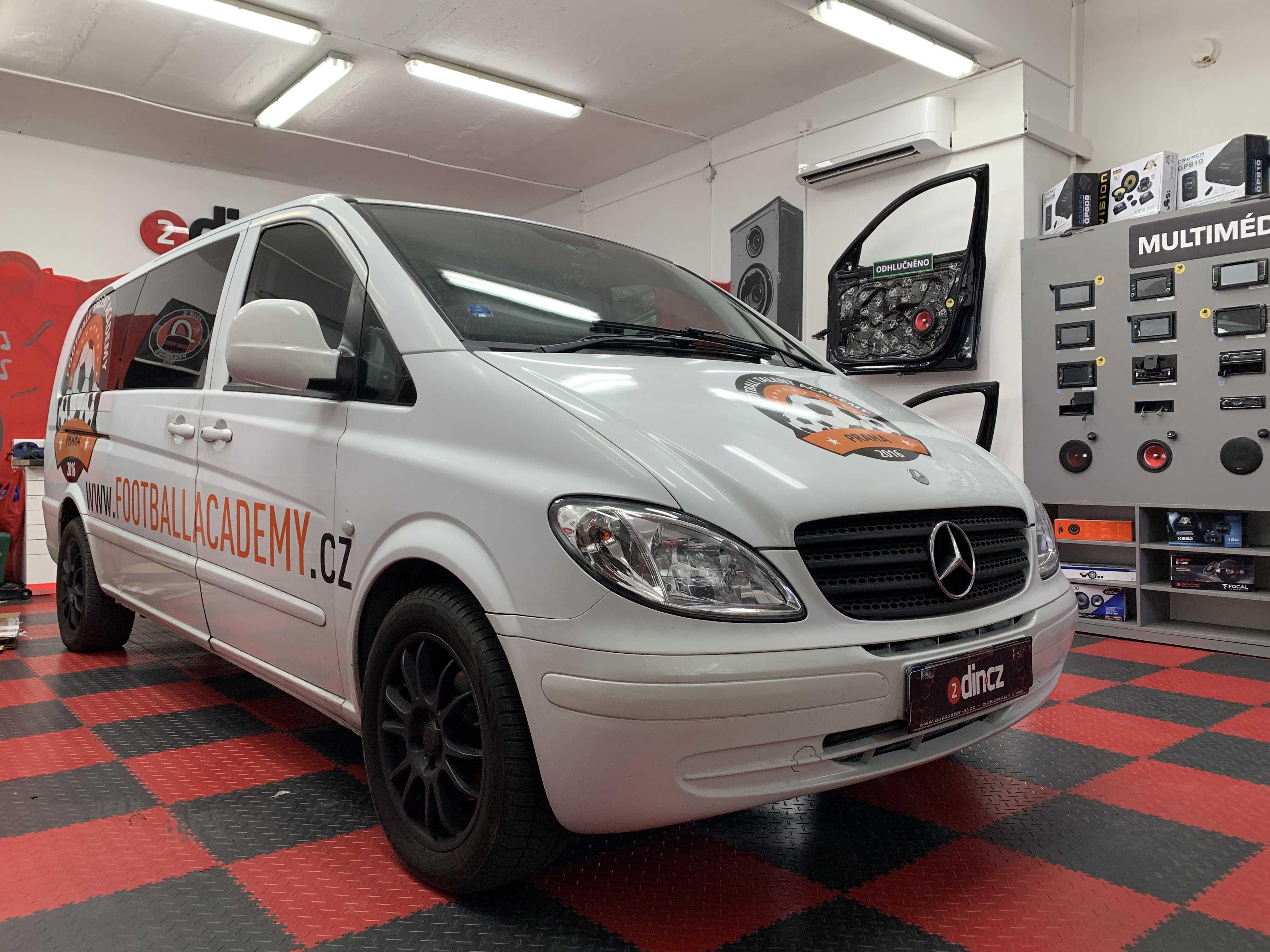 Mercedes Benz Vito - Montáž speciálního OEM autorádia a stropního monitoru