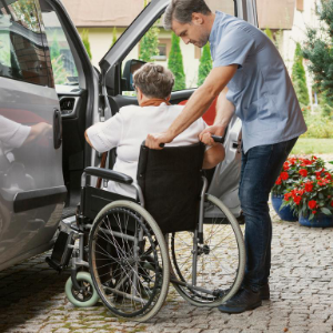 Jak na bezpečný přesun z invalidního vozíku?