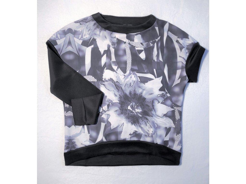 Tričko s černobílým obrázkem, volnějšího střihu