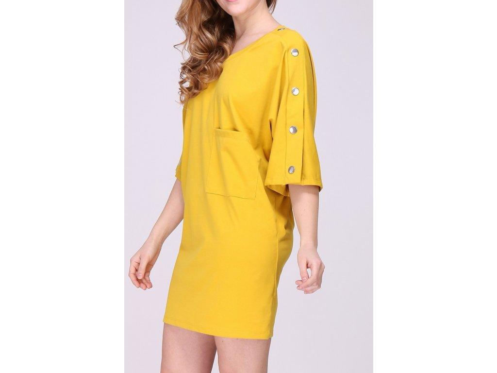 Žluté volnější šaty se cvoky na rukávech