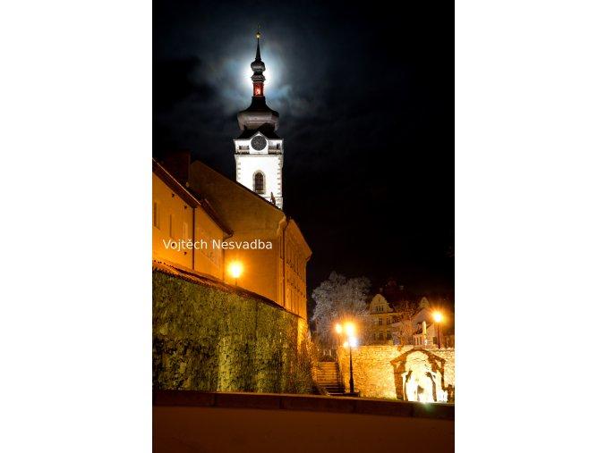 Děkanský kostel s úplňkem