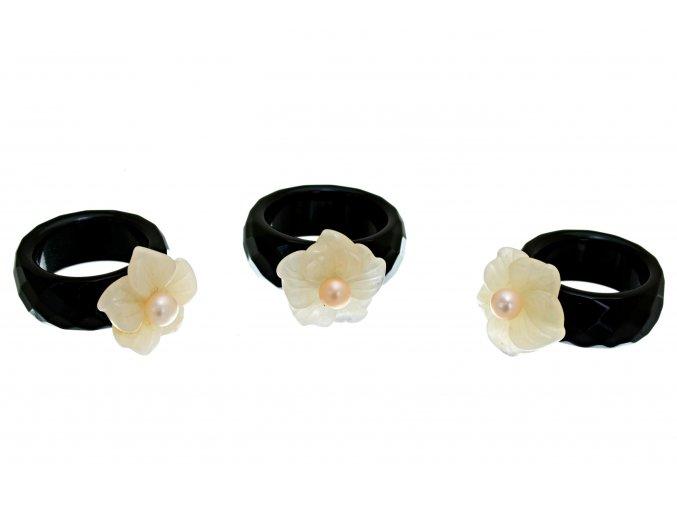 Prstýnek z onyxu s květem z růženínu