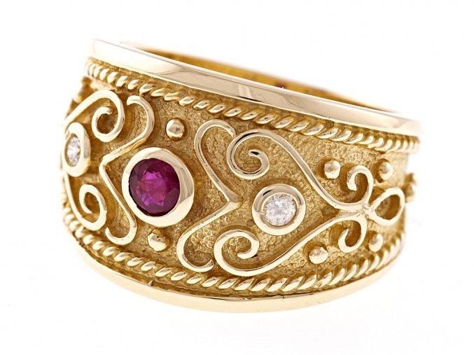 Zlatý prsten s přírodním rubínem a diamanty
