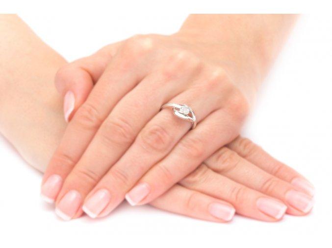 Dámský prstýnek s brilantním kamínkem