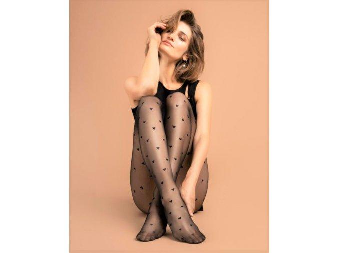 Vzorované pančuchové nohavice -srdiečka. Pančuchy sú jemne elastické, pohodlné. Čierne priehľadné pančuchy s čiernym vzorom. Telové priehľadné pančuchy s čiernym vzorom. Pančušky bez zosilnenej špičky. vzorované, priehľadné, tenšie