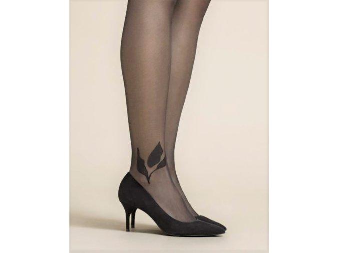 Čierne pančuchové nohavice s čiernym vzorom listov na kotníku jednej nohy. Bez zosilneného sedu a bez zosilnených špičiek. vzorované, priehľadné, extravagantné