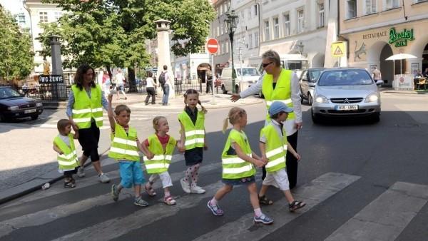 děti reflexní vesty na přechodu besip