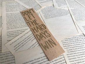 Dřevěná záložka: DON'T LET THE HARD DAYS WIN